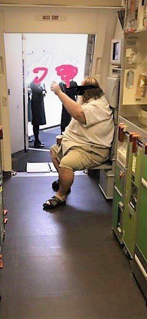 這名外籍乘客要求長榮航空空服務為他如廁時脫穿褲子和擦屁股,甚至咆哮空服員。圖/取...