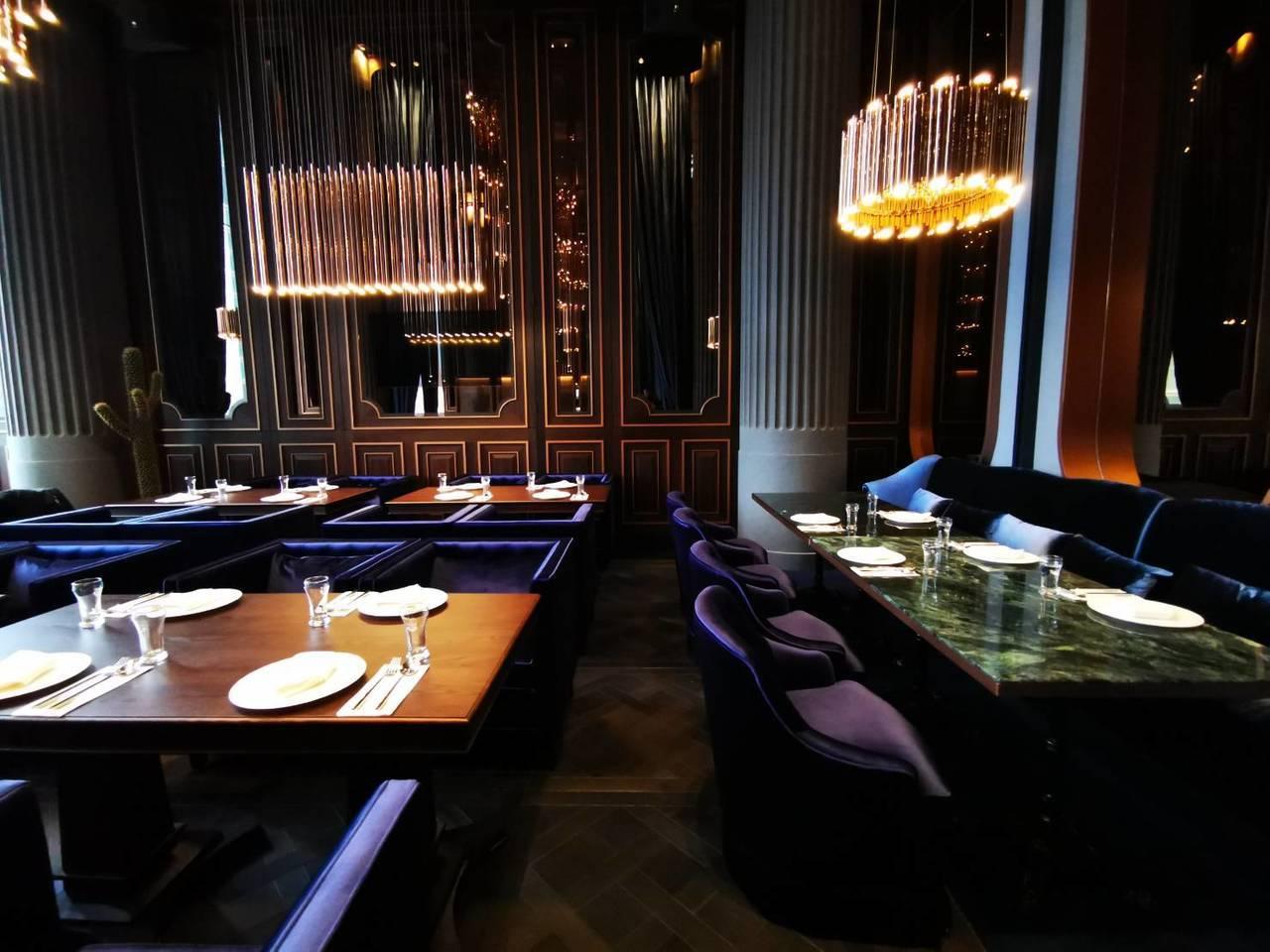 紫色座椅搭配金黃色吊燈,讓UMAMI室內設計風格更顯低調奢華。韓化宇/攝影