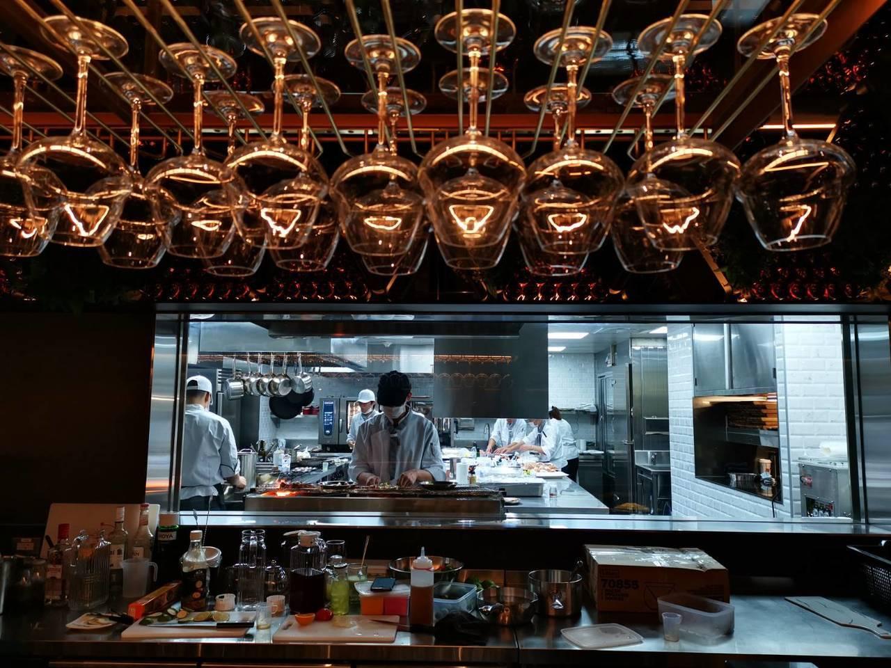 UMAMI採開放式廚房,讓消費者看到廚房內忙碌的情形。記者韓化宇/攝影