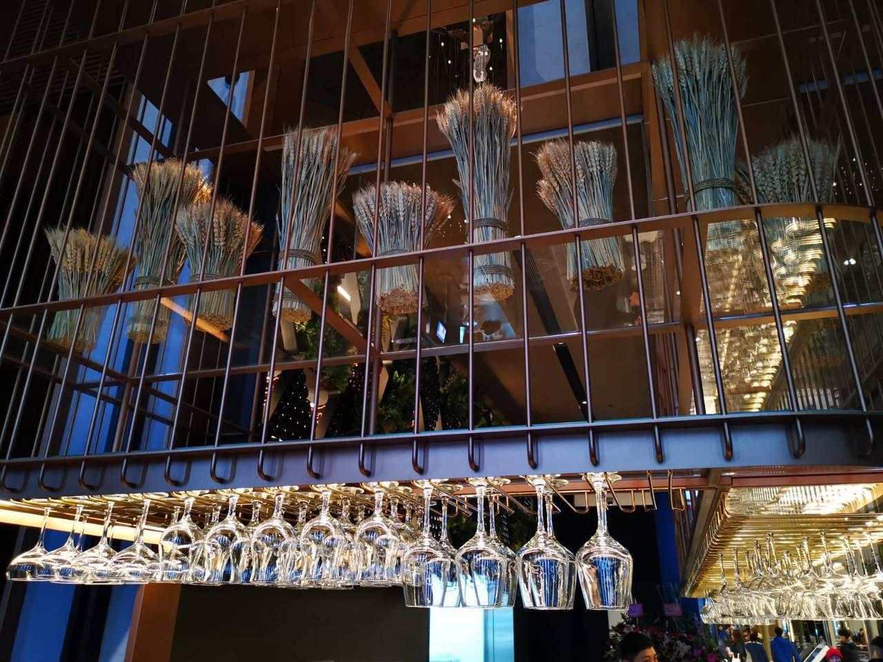 UMAMI室內設計頗具特色,在空中懸吊麥子,作為「金色三麥」的象徵。記者韓化宇/...