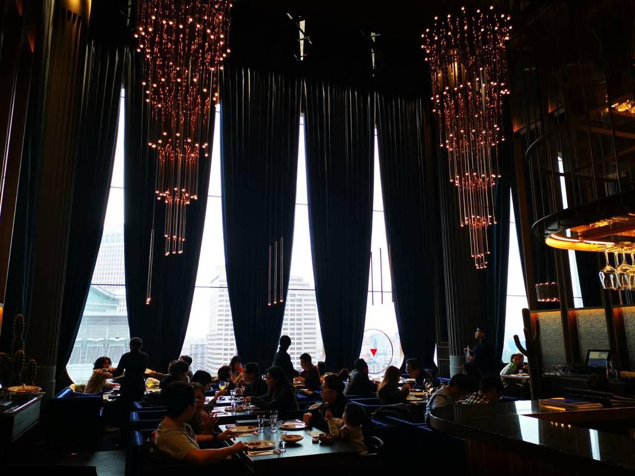 UMAMI窗外看出去就是台北101,跨年夜亦可來UMAMI用餐,並欣賞煙火。記者...