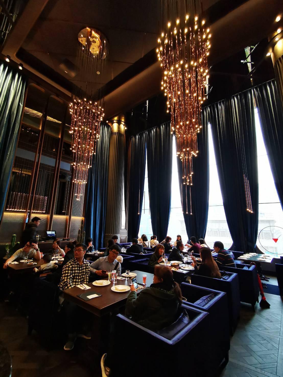 UMAMI設計風格走低調奢華風,挑高9米,營造舒適寬敞的用餐環境,不會有壓迫感。...