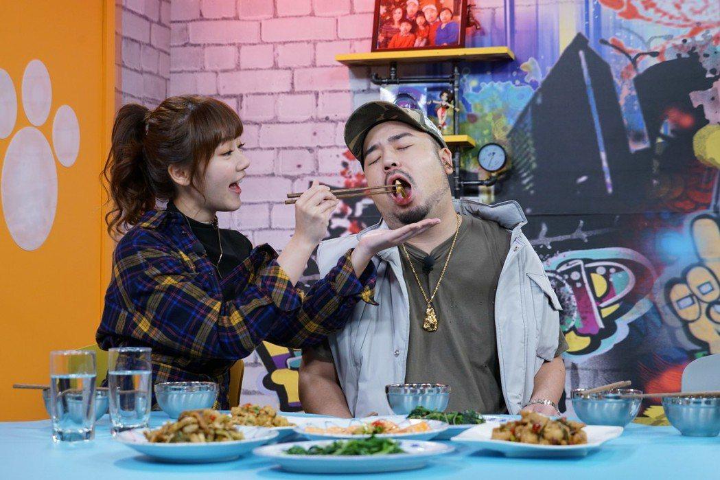 阿達享受泱泱(左)如情侶般的餵食服務。圖/狼谷競技台提供