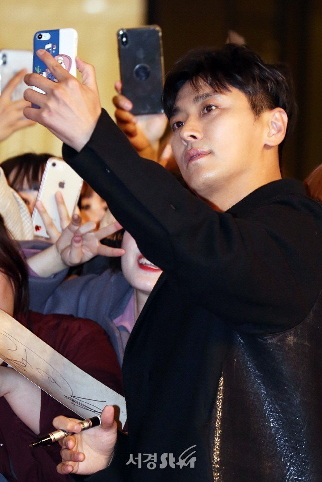 朱智勛與粉絲自拍。圖/摘自首爾經濟