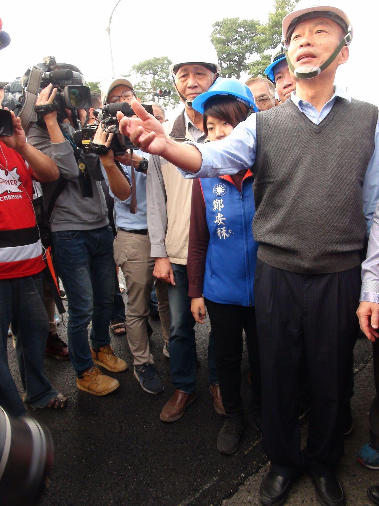 高雄市長韓國瑜巡看鳳山區中崙二路路面改善工程。記者謝梅芬/攝影