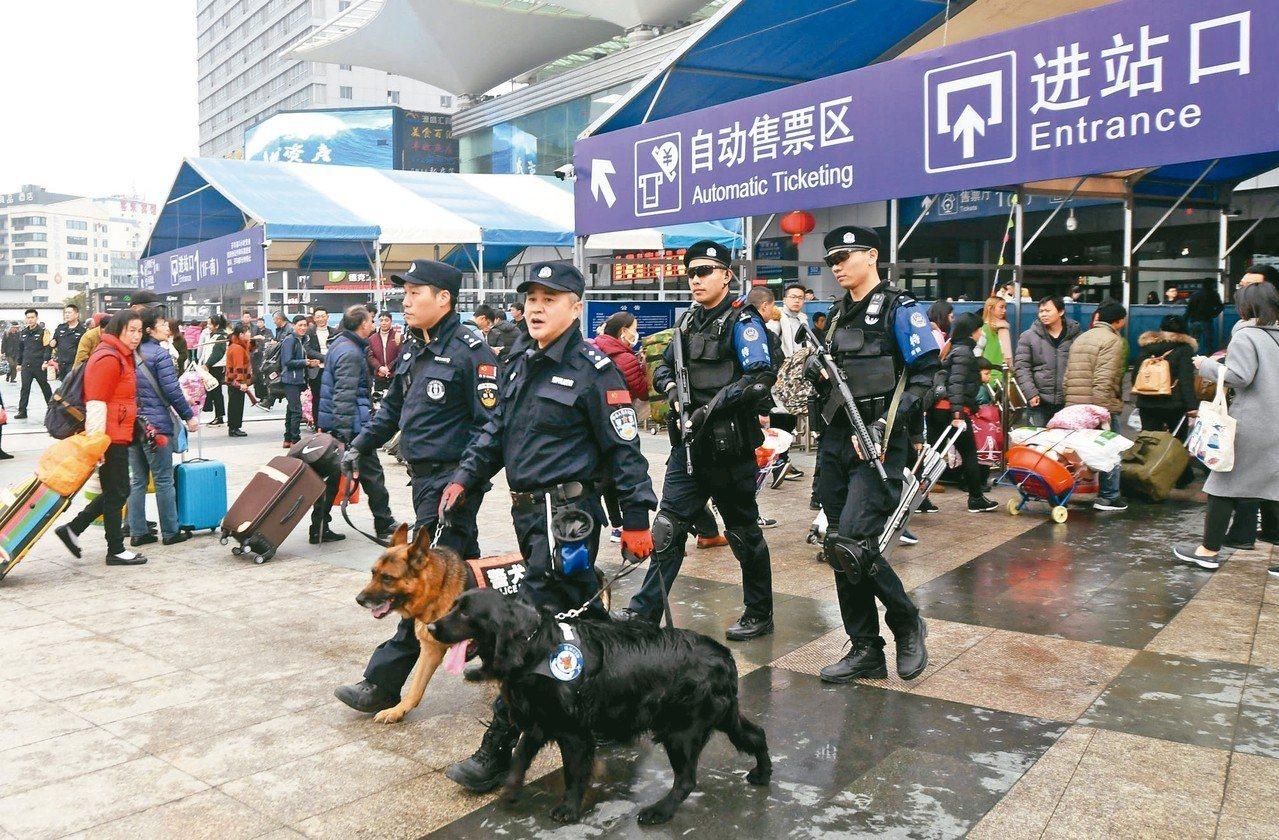 春運大幕開啟,鐵路特警在福州火車站值勤。 (中新社)