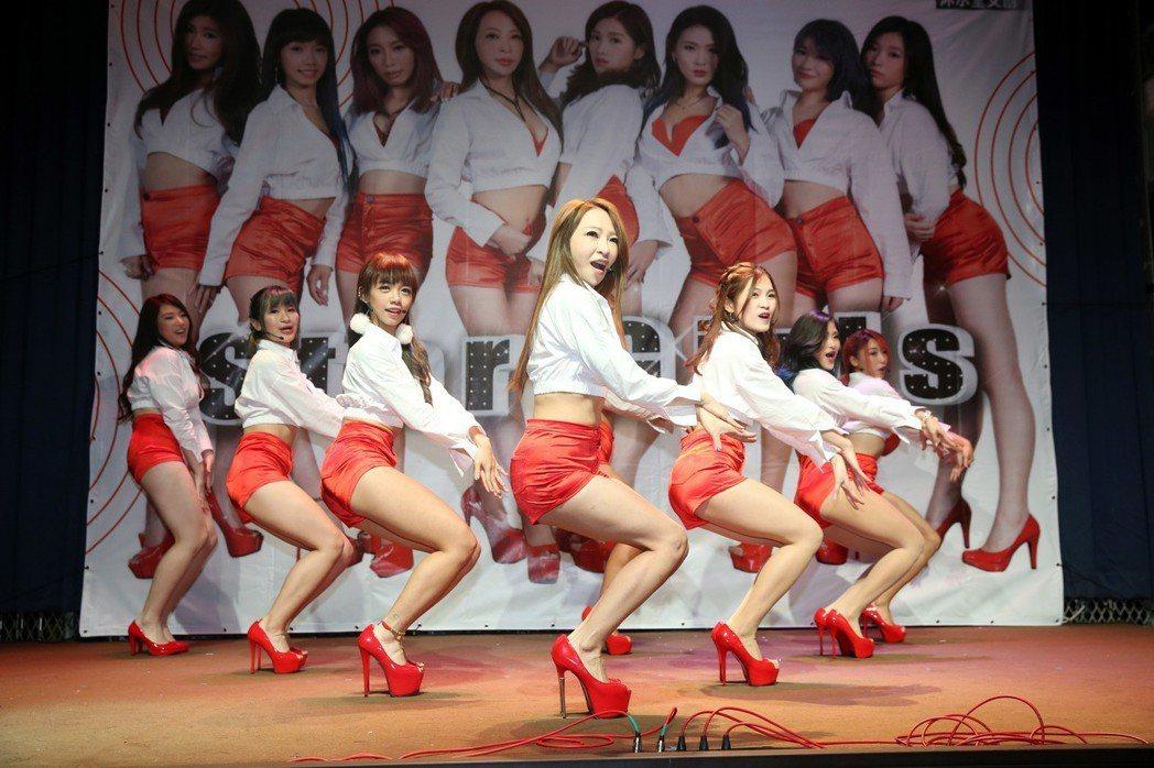 團長妞妞(中)領軍的全新女團「Star Girls」舉行新歌EP記者會。記者邱德...