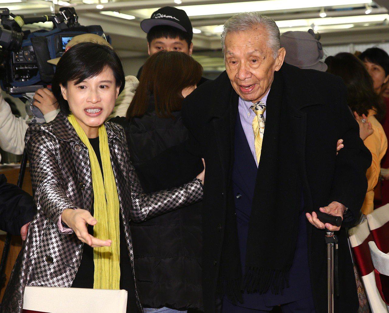 不滿同意去蔣化 文化部長鄭麗君被她呼巴掌
