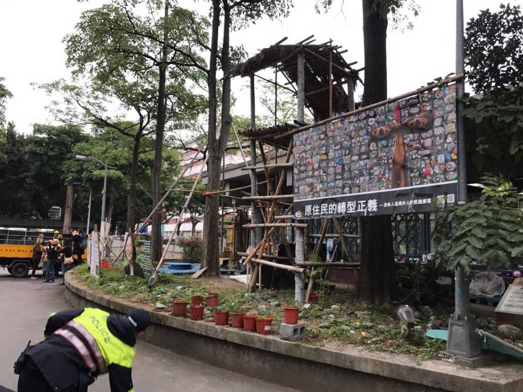 警方22日上午到228公園內拆除原住民團體展示物品。 圖/讀者提供