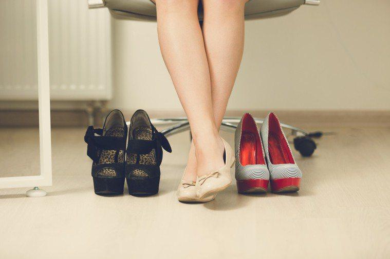 如果手術後還是愛穿高跟尖頭鞋,拇趾外翻的狀況很快就會再復發。圖/ingimage