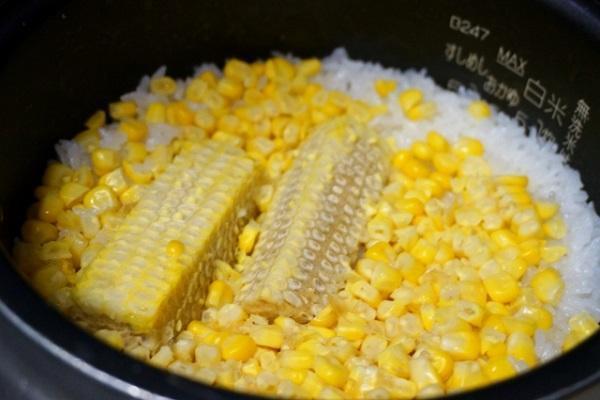 玉米是萬用好食材,也可將玉米粒鋪在米上面,用電鍋煮玉米飯。 圖/台灣好食材提供(...