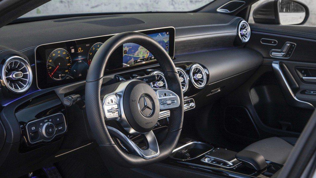 A-Class Sedan內裝格局採用Mercedes-Benz的新式設計。 摘...