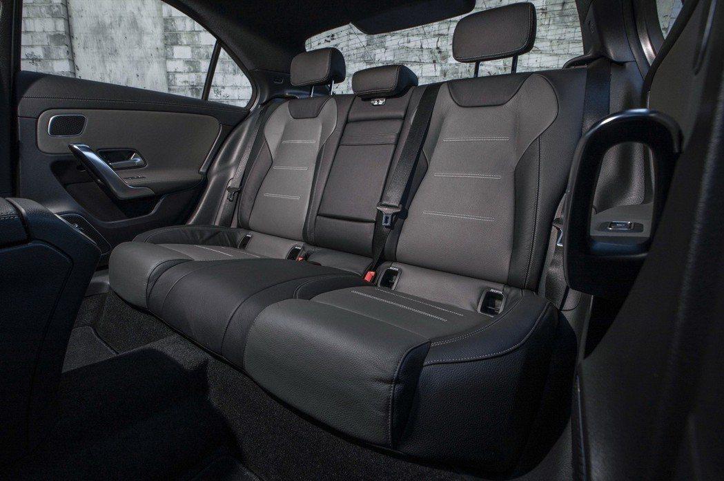 美規Mercedes-Benz A-Class Sedan儀錶板與中控台螢幕分別...