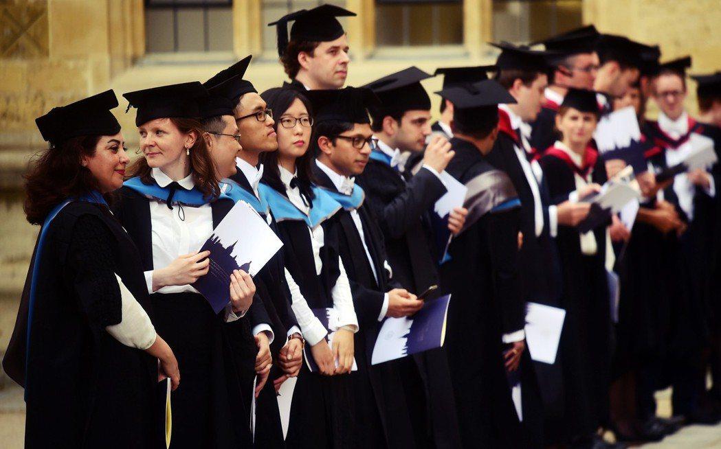 近年來,英國政府對國際學生態度並不友善。不僅限縮學生簽證,試圖減少淨移民人數,也...