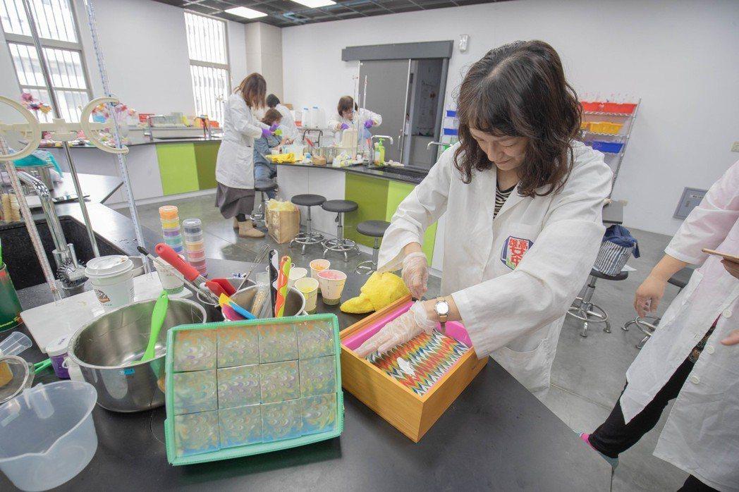 現場示範孔雀技法藝術皂,製作過程強調耐心及細心。 嘉藥/提供