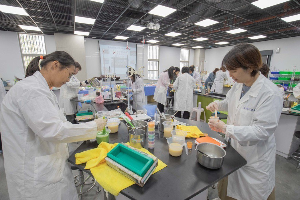 嘉藥手工皂師資班完整傳授理論與實務,課程豐富多元。 嘉藥/提供