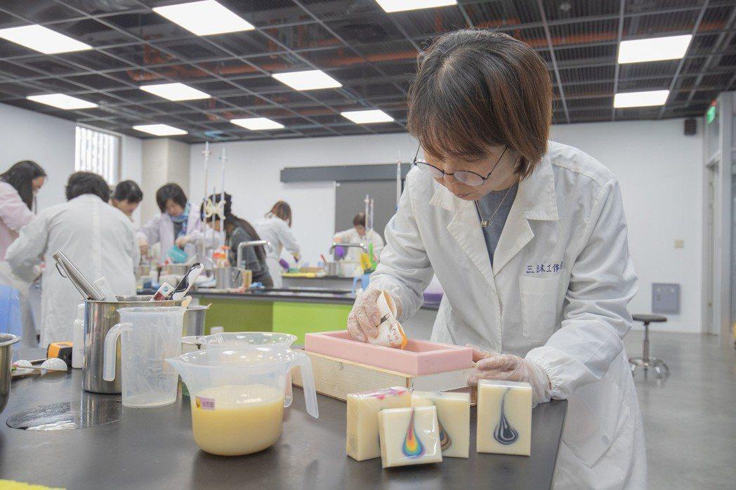 師資班課程最具高難度技巧的水滴造型藝術皂。 嘉藥/提供