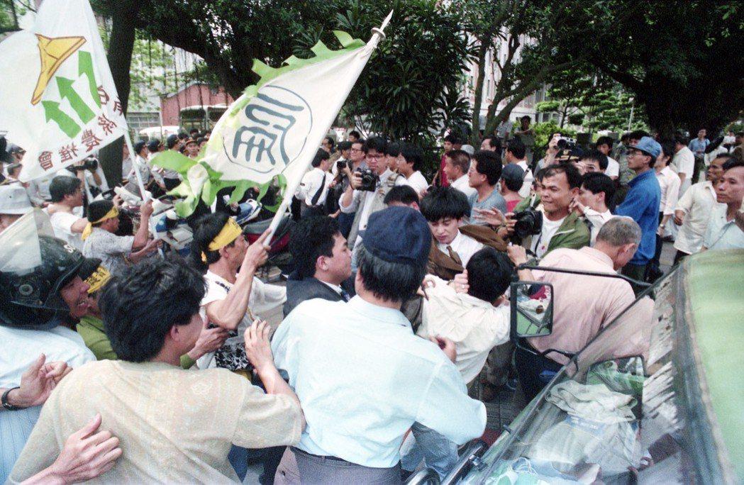 1993年立委林明義毆打蘇煥智,韓國瑜毆打陳水扁的暴力事件,雙方支持者到院會前聲...