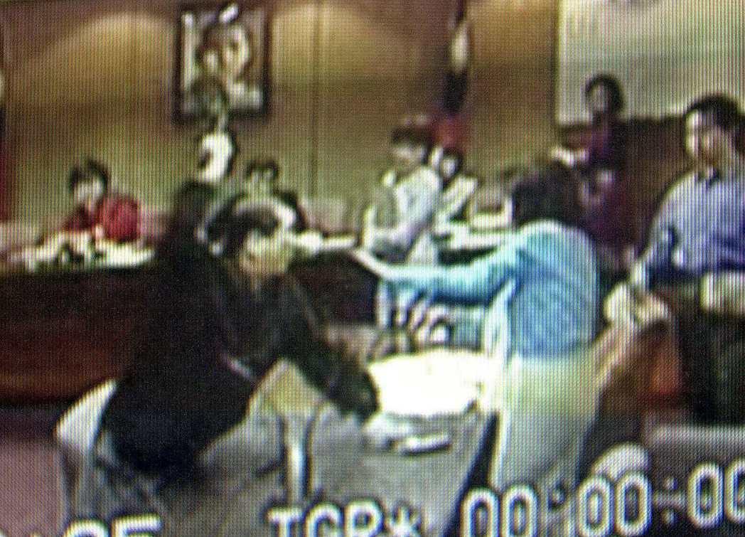 2001年立委羅福助(左)因毆打女立委李慶安(右),被台北地檢署認定為流氓,函送...