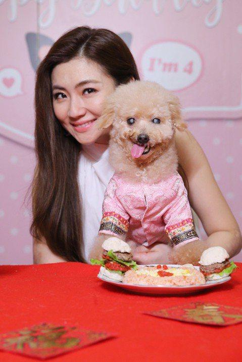 Selina對愛犬Pinky「惜命命」,過年大餐當然少不了牠一份!14歲的Pinky眼睛已經看不到,面對陌生環境有些害怕,不過一聞到Selina特製的「豬年好運大餐」,牠馬上就知道有好料可吃,乖乖地...