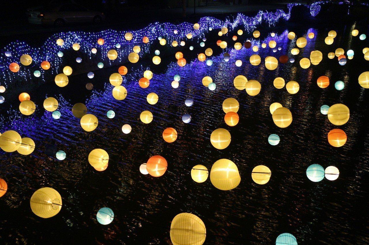 今年台南月津港燈節現場的布置一片燈海,相當夢幻