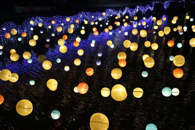 今年台南月津港燈節現場的布置一片燈海,相當夢幻。圖/都市藝術工作室提供