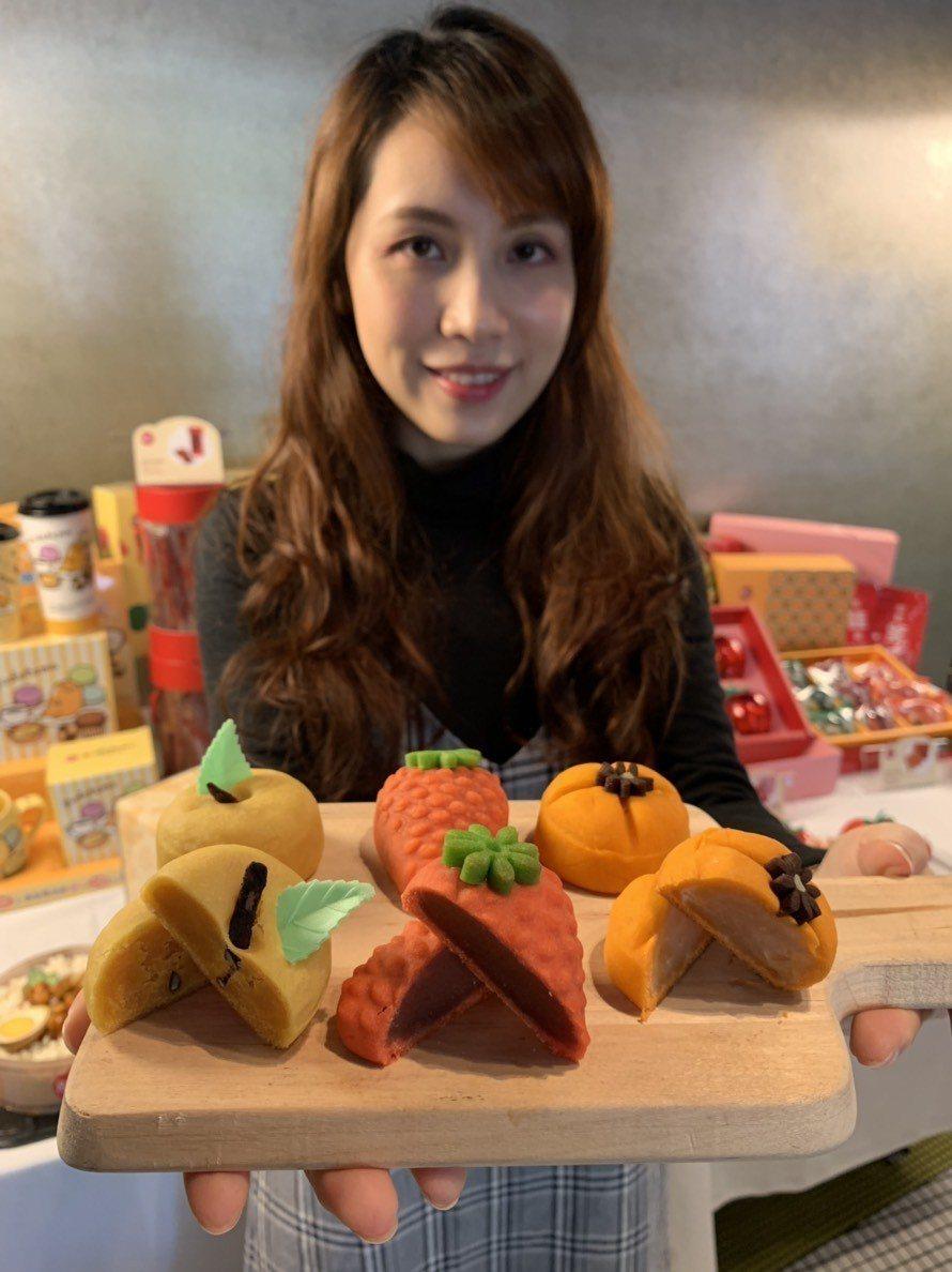 85度C推出十款精緻禮盒,其中有獨家研發的日式水果造型和菓子。圖/85度C提供