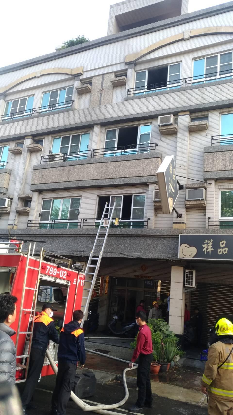 高市鳳山區鳳南一路今上午8點27分發生住宅火警,現場竄出濃濃黑煙,消防員趕抵現場...