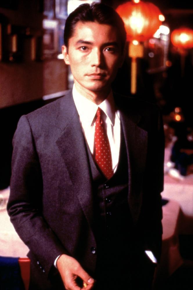尊龍飾演的華人黑道分子,造型帥氣卻心狠手辣。圖/摘自IMDB
