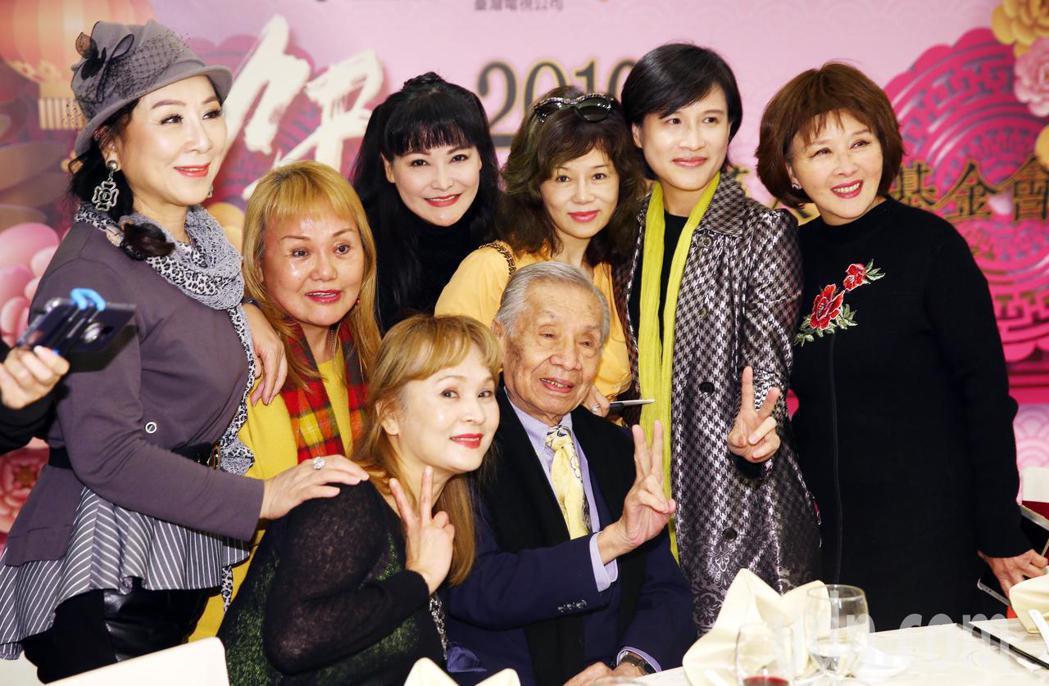 文化部長鄭麗君出席108年關懷演藝人員春節餐會,與常楓等多位資深藝人一同合影。記...