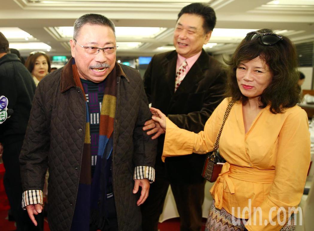演藝公會理事長康凱(中)和夫人曹雨婷(右)在門口迎接資深藝人陳松勇(左)等人。記...