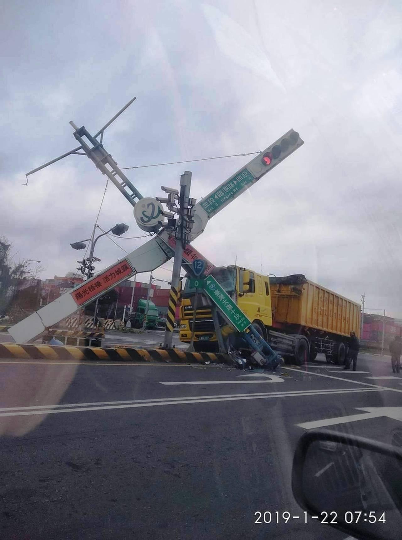 台中市臨港路清晨發生一起自撞車禍,一輛聯結車因角度抓不對,當場撞斷號誌燈桿。圖/...