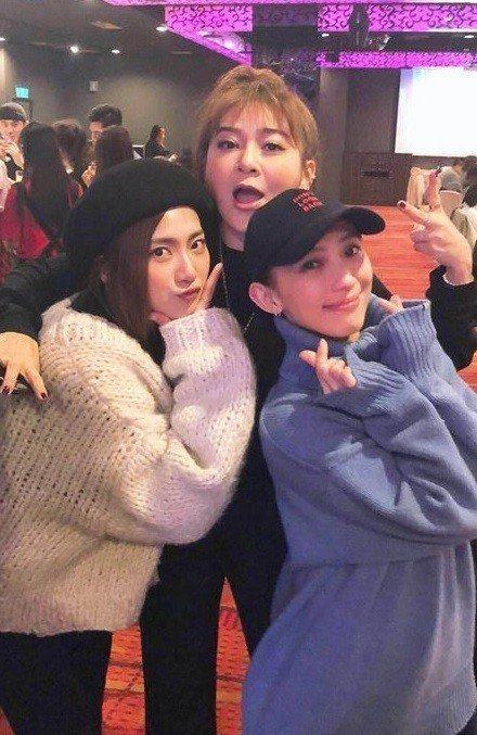 豆花妹(左)、王彩樺和戴佩妮出席喜歡音樂尾牙。圖/喜歡音樂提供