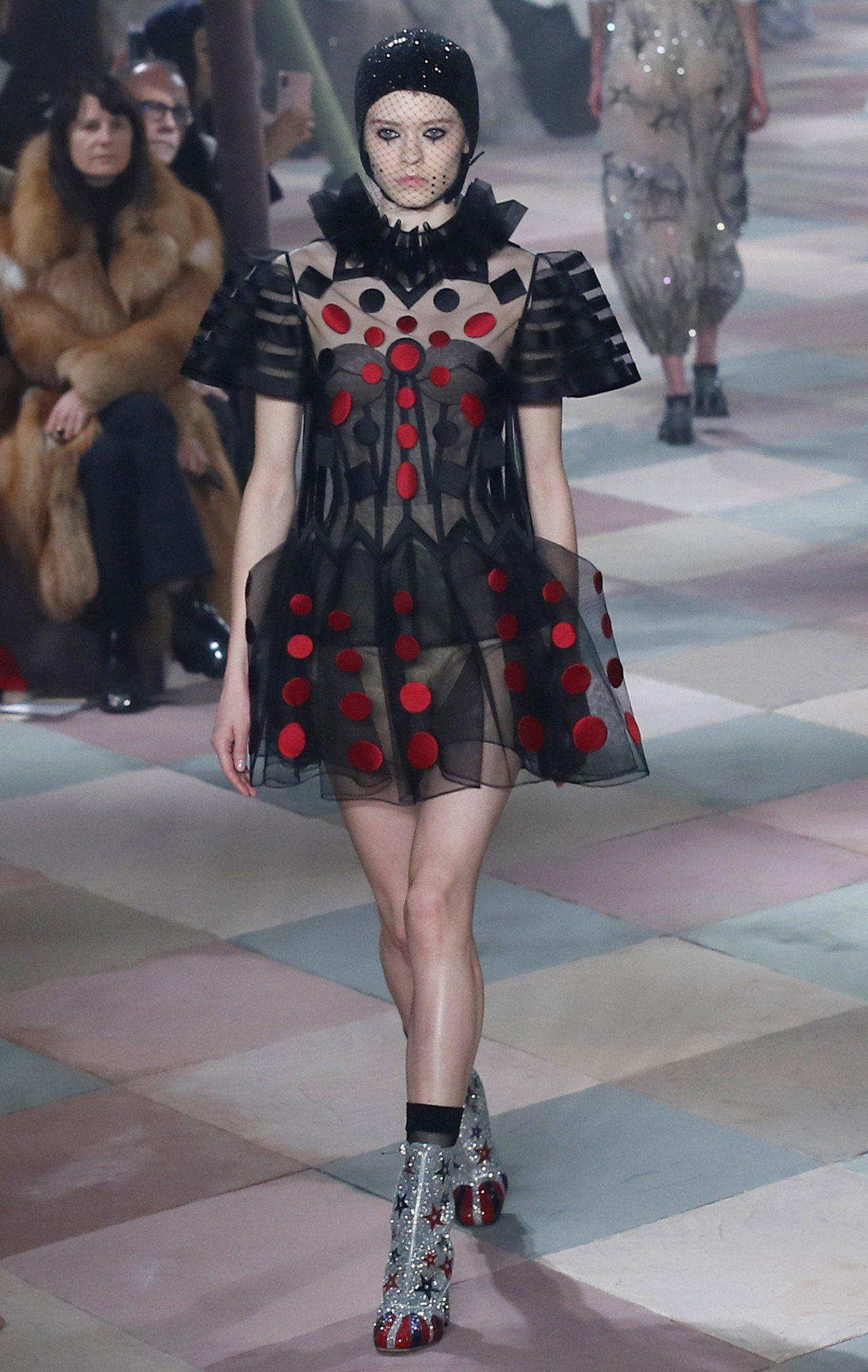 黑色紗質裙裝呈現了立體狀,搭配紅色圓點的錦緞點綴,加上銀色亮片星型圖案踝靴。圖/...