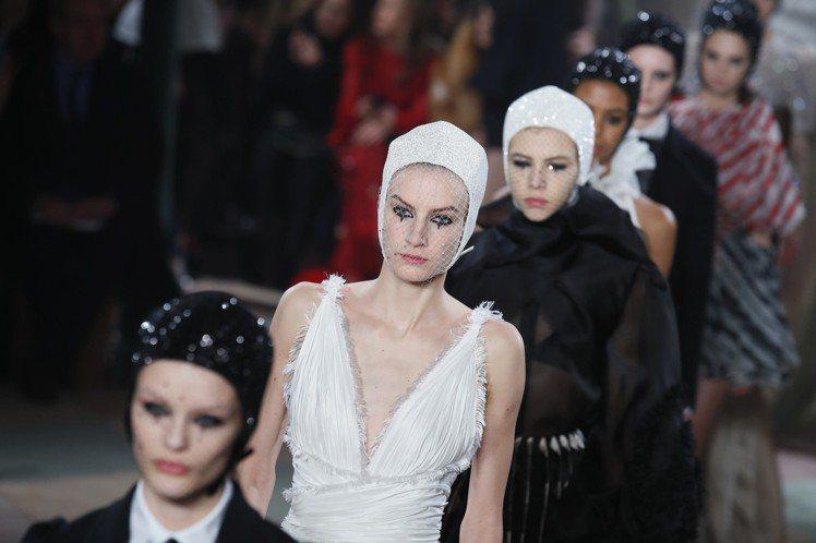 Dior以馴獸師帽貫穿整個2019春夏高級訂製服系列。圖/美聯社