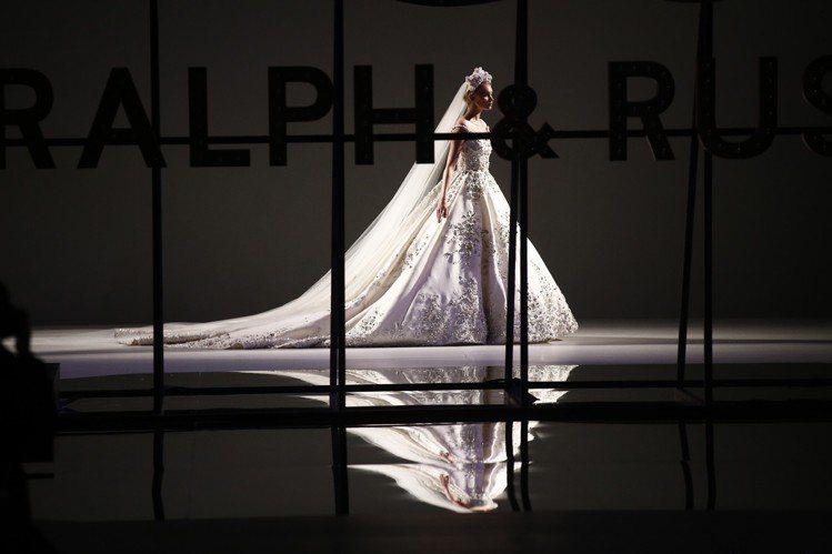 Ralph&Russo的2019春夏高級訂製服發表會,依循傳統,最後呈現了婚紗設...