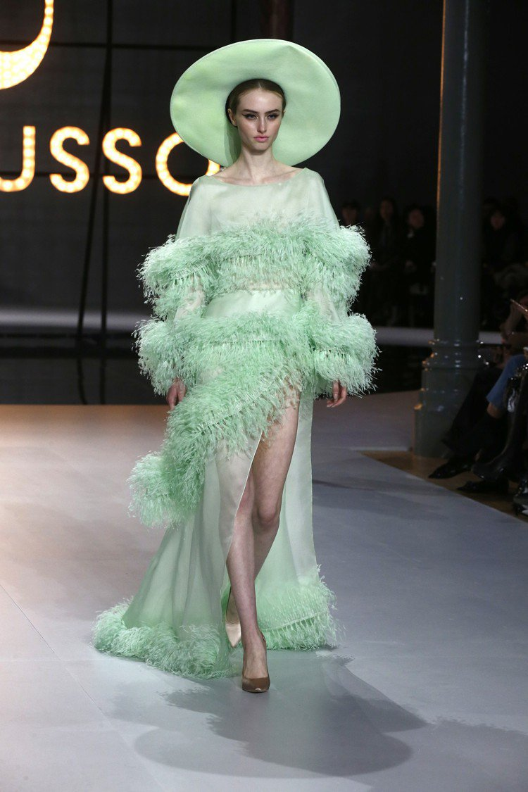 薄荷綠的洋裝點綴了羽毛裝飾,是Ralph&Russo的日常系列訂製服。圖/美聯社