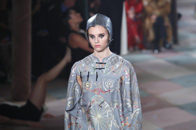 雜耍圖案以輔以刺繡裝飾於中式風格的服裝上,呼應了整個系列的主題。圖/美聯社