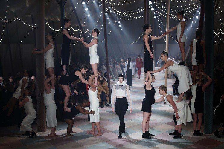 Dior的2019春夏高級訂製服系列發表會現場,打造成宛如馬戲團,模特兒穿梭於展...