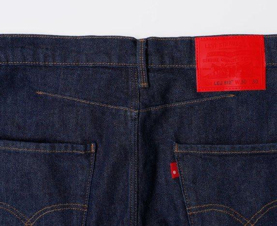 為了提高活動舒適性,LEVIS® Engineered JeansTM後 腰結構...