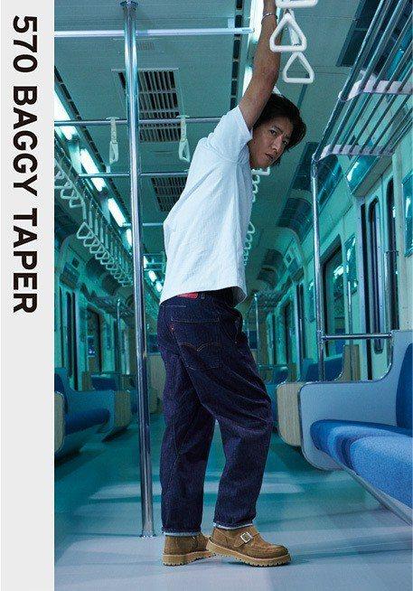 木村拓哉演繹LEJ 570 BAGGY TAPER寬版繭型牛仔褲。圖/LEVIS...