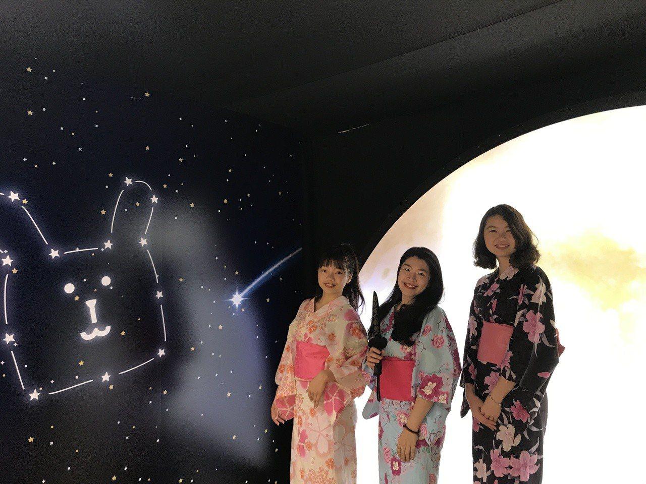 《宇宙人ㄕㄓㄋ特展》巨型月球剪影。記者江佩君/攝影