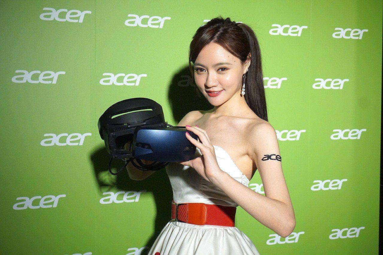 Acer OJO 500頭戴式顯示器最大特色是鏡頭和頭帶可拆式設計。記者黃筱晴/...