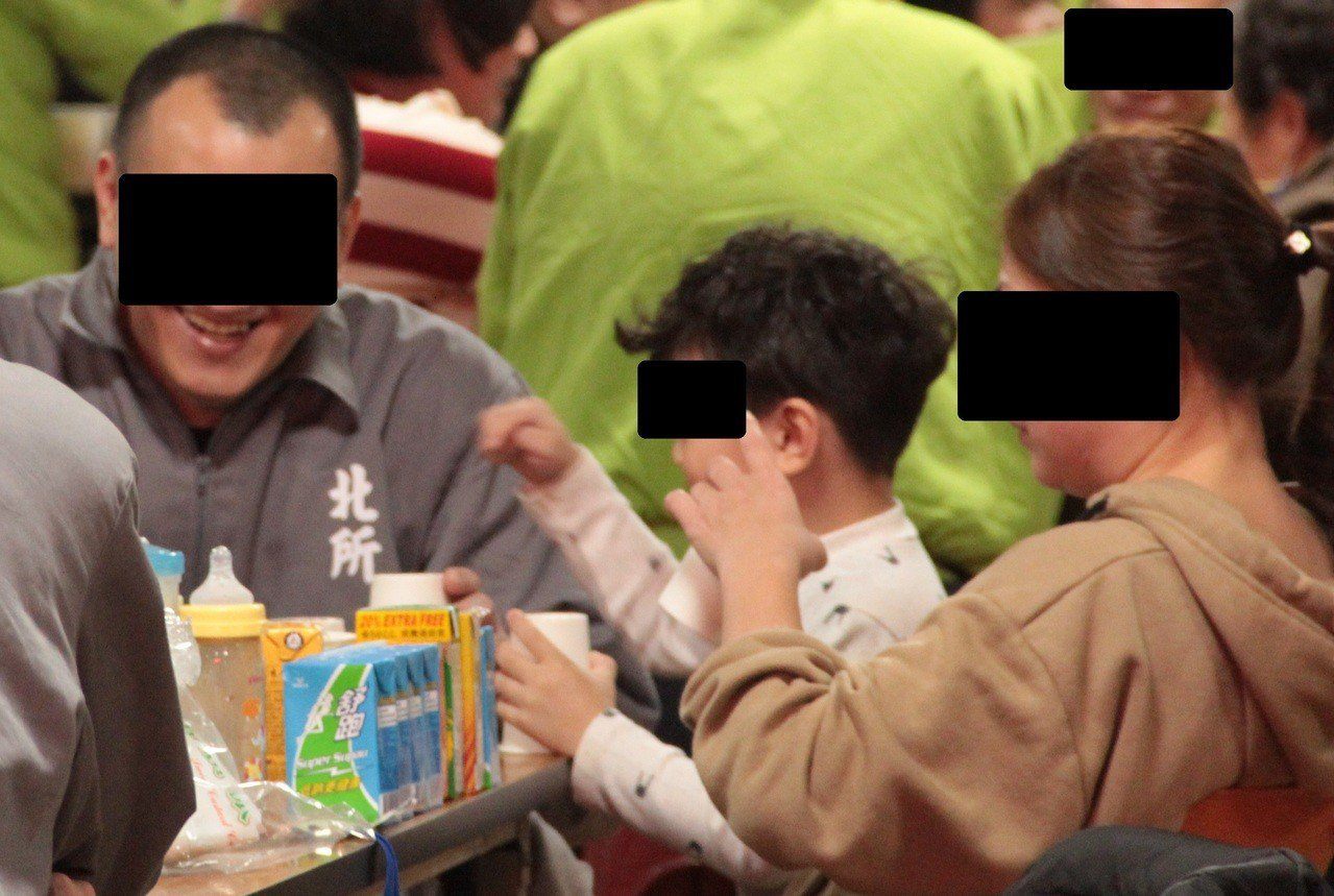 台北看守所今舉辦春節懇親,而面對面的簡單餐敘,更讓收容人有擁抱家人的機會,活動溫...