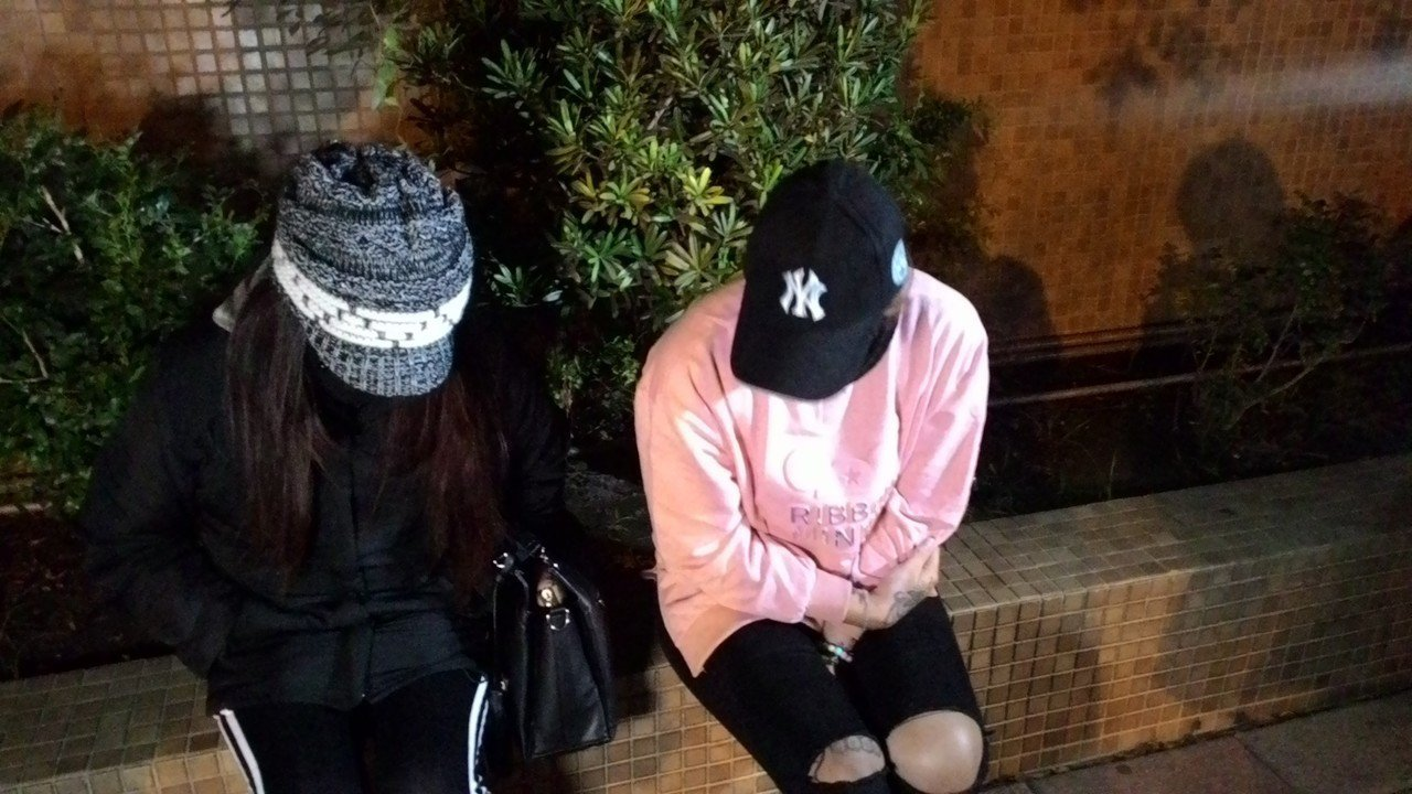 楊姓女子(左)由女性友人陪同,痛訴遭謝男毆打經過。記者黃宣翰/攝影