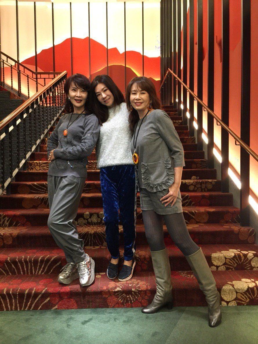 周丹薇(右起)和閨蜜蔣黎麗聚餐,巧遇好友鄧美芳。記者陳慧貞/攝影