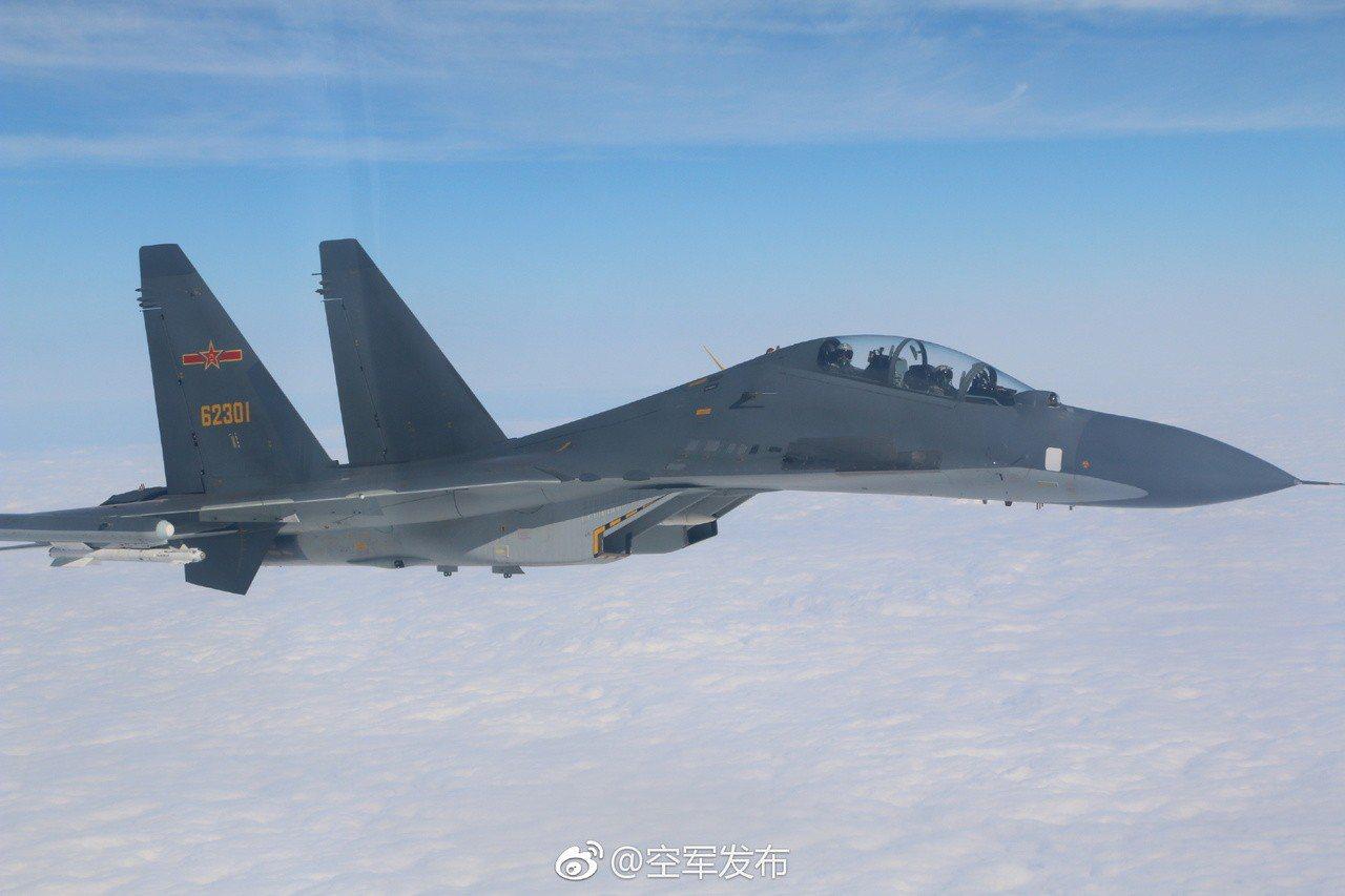 中共空軍先前執行遠海長航任務,發布的Su-30戰機照片。圖/「空軍發布」微博