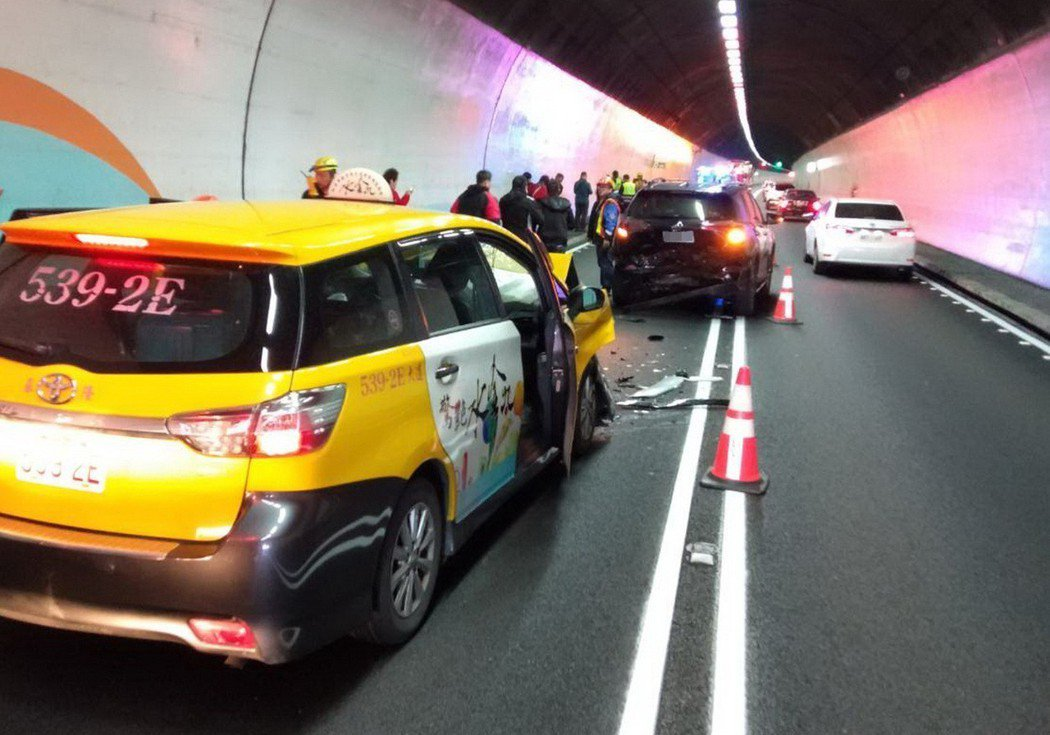 雪山隧道往宜蘭方向,昨天中午發生5輛轎車追撞車禍,11人受傷送醫。 (中央社)