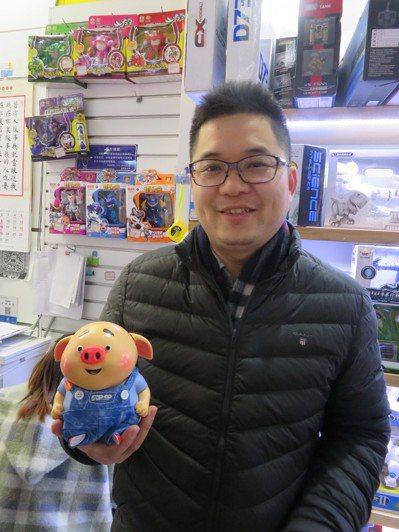 義烏「格銳特玩具有限公司」總經理趙永春手上拿的是目前大陸當紅玩具「豬小屁」,內建...