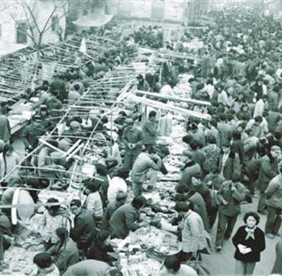 今天義烏「世界小商品之都」的地位,是從上世紀80年代這種簡陋的小市集一步步發展起...